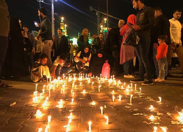Συγγενείς των θυμάτων που πνίγηκαν στο ναυάγιο, θρηνούν και ανάβουν κεριά στη μνήμη τους  (AP Photo/Farid Abdulwahed)