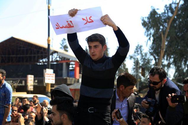 Συγγενείς των θυμάτων διαδηλώνουν κατά των υπευθύνων για τη βύθιση του φέρι μποτ  (AP Photo/Farid Abdulwahed)