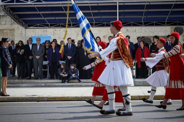 Μαθητές με παραδοσιακές φορεσιές στην παρέλαση για την 25η Μαρτίου (EUROKINISSI/ΓΙΑΝΝΗΣ ΠΑΝΑΓΟΠΟΥΛΟΣ)