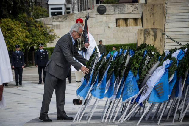 Κατάθεση στεφάνου στο μνημείο του Άγνωστου Στρατιώτη από τον Κώστα Γαβρόγλου (EUROKINISSI/ΓΙΑΝΝΗΣ ΠΑΝΑΓΟΠΟΥΛΟΣ)