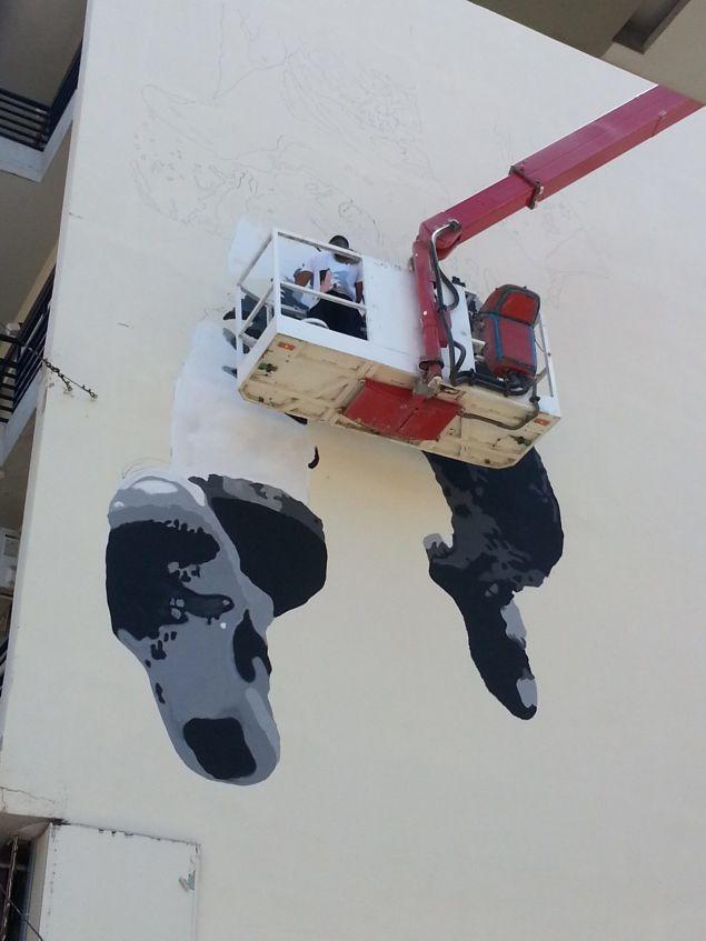 Η τοιχογραφία δημιουργήθηκε στα πλαίσια της διοργάνωσης ArtWalk 3, Art In Progress από την ομάδα PoliticalStencil