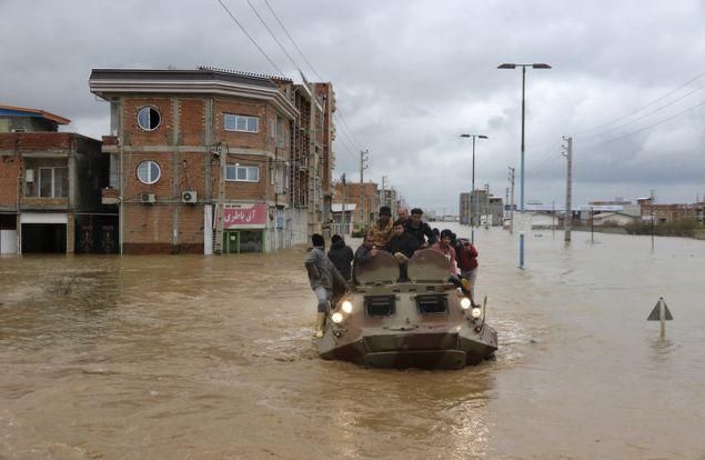 Δυνάμεις του στρατού διασώζουν πολίτες (AP Photo/Mohsen Esmaeilzadeh/ISNA)