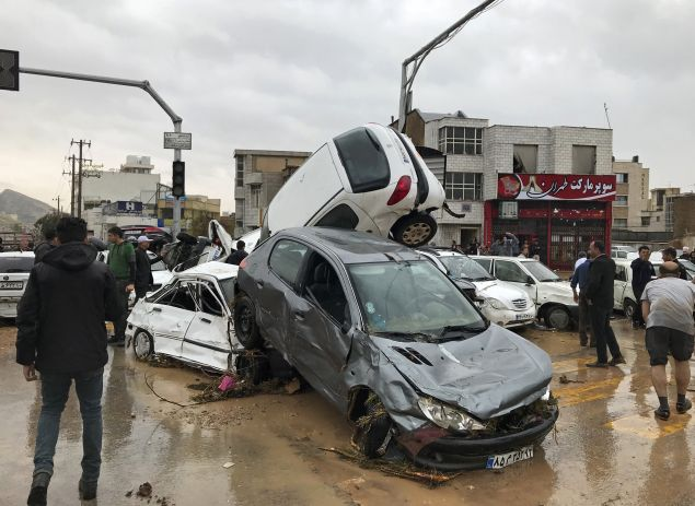 Αυτοκίνητα παρασύρθηκαν από τις πρωτοφανείς πλημμύρες (AP Photo/Amin Berenjkar/Mehr News Agency)