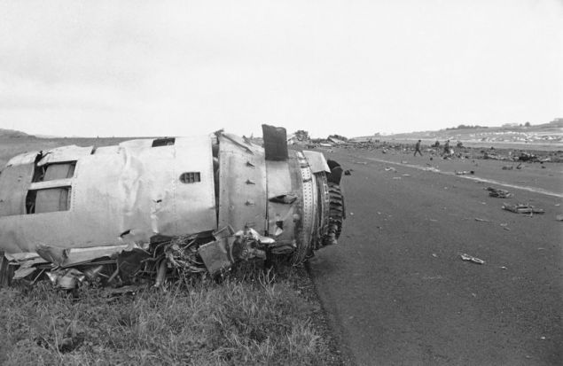 Βομβαρδισμένο τοπίο το αεροδρόμιο. Το αεροσκάφος της KLM ήταν γεμάτο καύσιμα