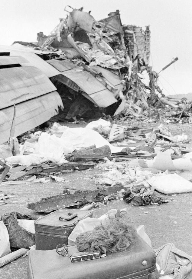 Βαλίτσες και συντρίμμια στον τόπο της τραγωδίας