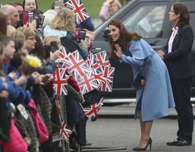 Η δούκισσα του Κέιμπριτζ ρωτήθηκε από το πλήθος στη Βόρεια Ιρλανδία (Liam McBurney/PA via AP)