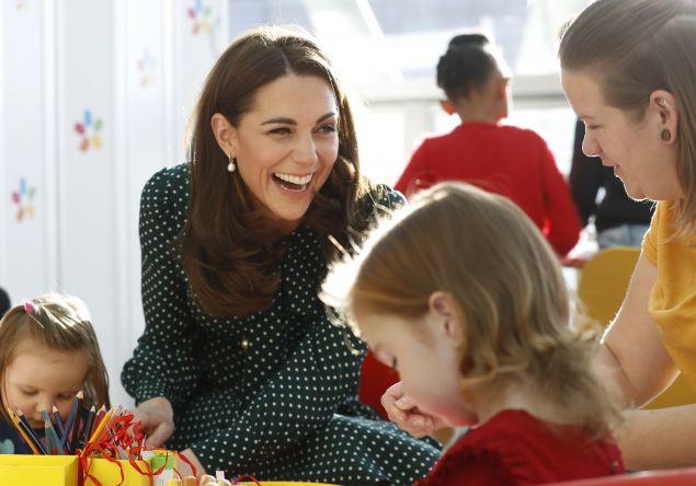 Η Κέιτ Μίντλετον ανάμεσα σε παιδιά (Chris Jackson/Pool via AP)