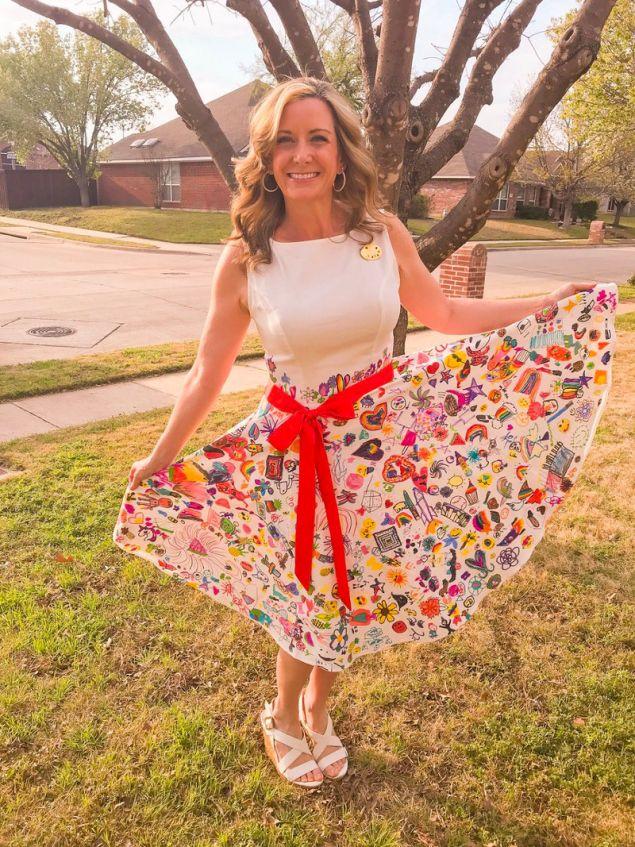 Η Ρεμπέκα ΜΠόνερ ποζάρει περήφανη με το φόρεμα που ζωγράφισαν οι μαθητές της