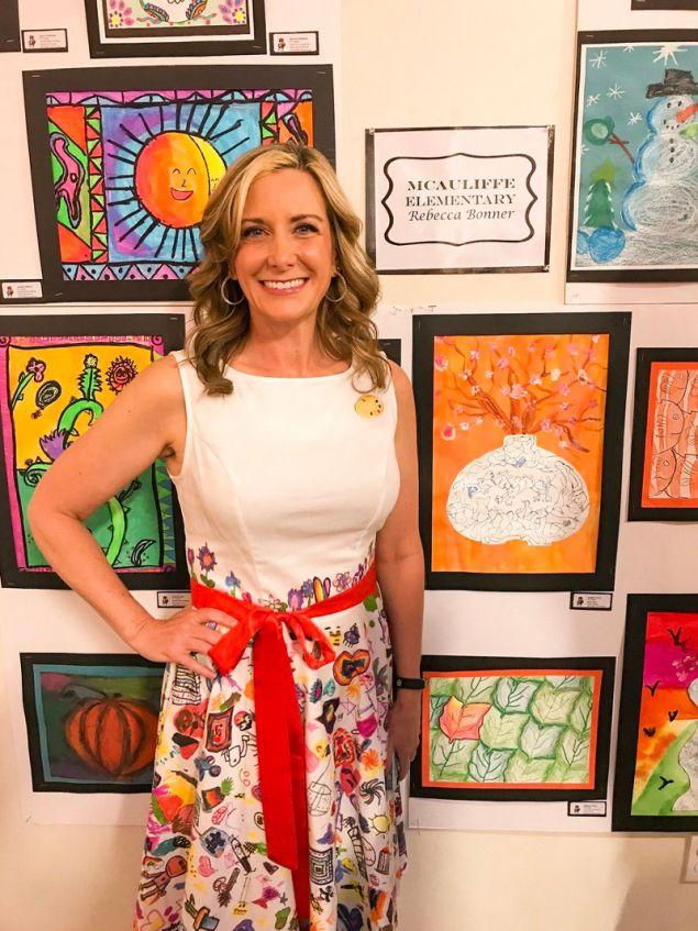 Η 46χρονη δασκάλα καλλιτεχνικών μπροστά στα έργα των μαθητών της