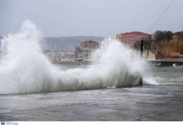 Μεγάλα κύματα στο Ενετικό λιμάνι / Φωτογραφία: Intimenews/Μάκης Καρτσωνάκης