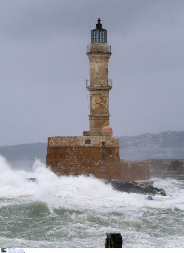 Ακόμα και ο εμβληματικός φάρος στο λιμάνι μαστιγώνεται από τα μεγάλα κύματα / Φωτογραφία: Intimenews/Μάκης Καρτσωνάκης