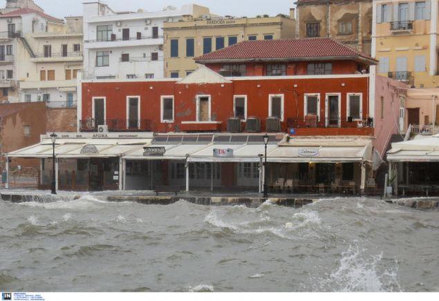 Κανείς δεν περπατάει κοντά στο λιμάνι, καθώς είναι πολύ επικίνδυνο / Φωτογραφία: Intimenews/Μάκης Καρτσωνάκης