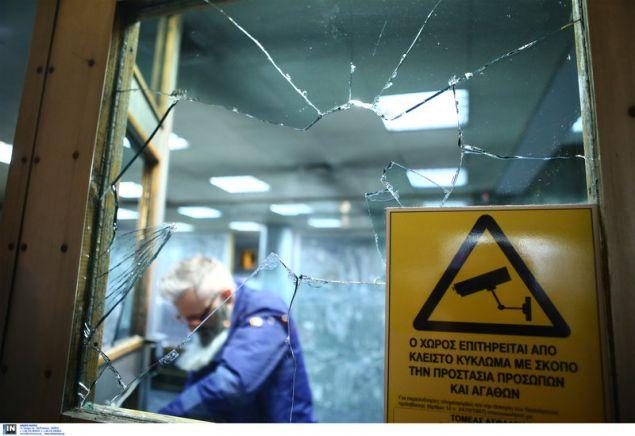 Εργάτες επισκευάζουν τα σπασμένα τζάμια της εισόδου της ΔΕΔΔΗΕ -Intimenews/ΣΤΕΦΑΝΟΥ ΣΤΕΛΙΟΣ