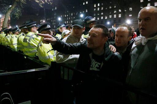 Χιλιάδες διαδηλωτές συγκεντρώθηκαν έξω από το κοινοβούλιο της Βρετανίας -ΑP