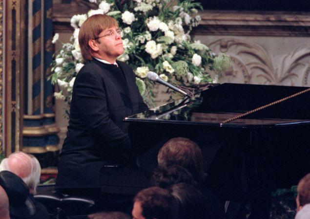 Ο Έλτον Τζον παίζει το «Candle in the Wind» στην κηδεία της πριγκίπισσας Νταϊάνας