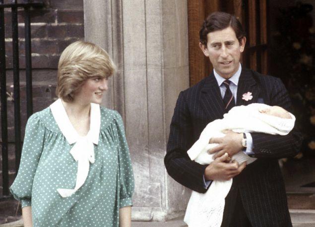 Η πριγκίπισσα Νταϊάνα και ο πρίγκιπας Κάρολος με τον νεογέννητο Γουίλιαμ