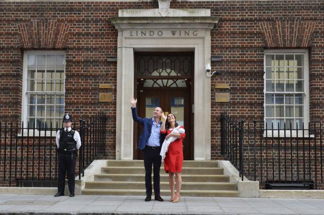 Η Κέιτ Μίντλετον με τον πρίγκιπα Γουίλιαμ και τον νεογέννητο Λουις