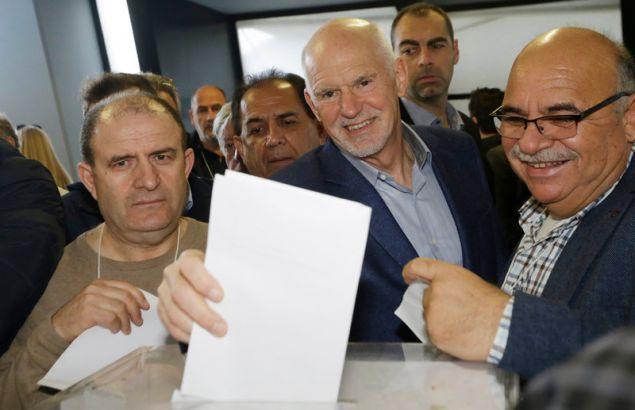 Ο Γιώργος Παπανδρέου ψηφίζει στο συνέδριο του ΚΙΝΑΛ