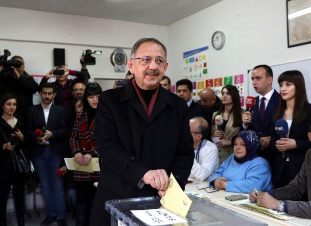 Ο Μεχμέτ Οζασεκί ψηφίζει -Φωτογραφία: AP