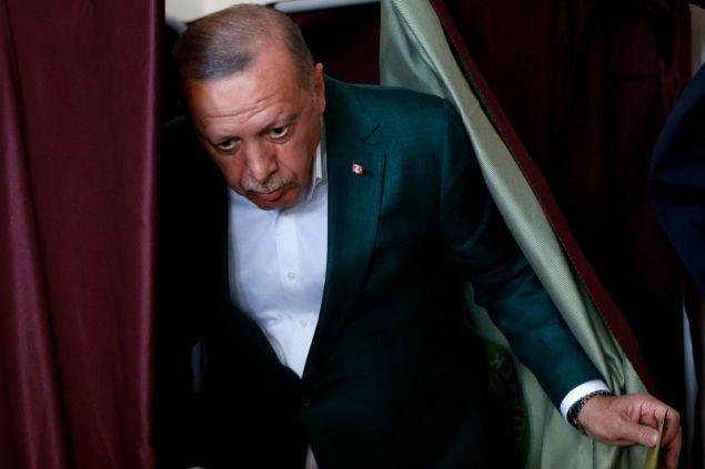 Ο Ερντογάν βγαίνει από το παραβάν από εκλογικό κέντρο της Κωνσταντινούπολης -Φωτογραφία: AP