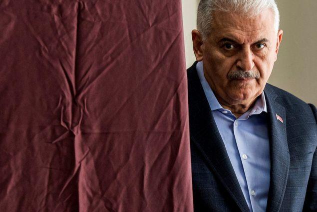 Ο Μπιναλί Γιλντιρίμ στο παραβάν -Φωτογραφία: AP