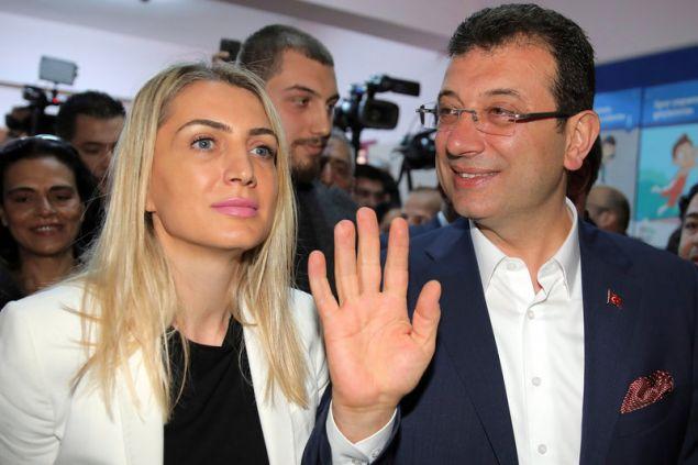 Ο υποψήφιος δήμαρχος Κωνσταντινούπολης με το CHPV, Εκρέμ Ιμάμογλου με την σύζυγό του -Φωτογραφία: AP