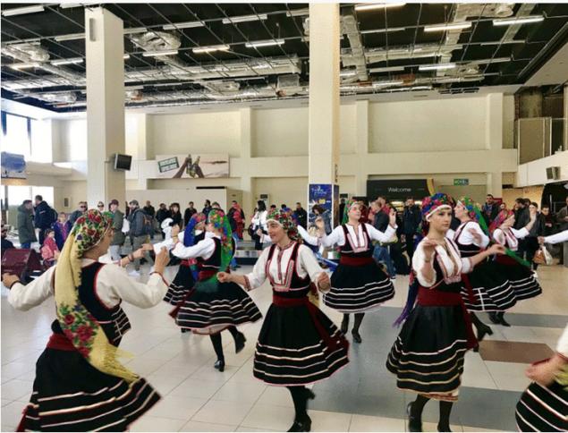 Με χορούς και τραγούδια υποδέχτηκαν στο αεροδρόμιο τους πρωτους τουρίστες της σεζόν