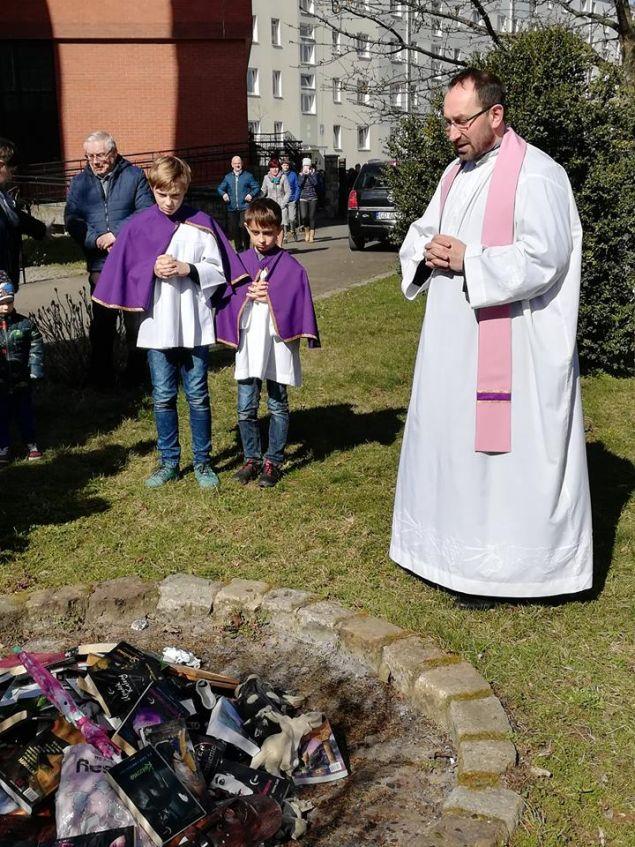 Ιερείς έκαψαν βιβλία και άλλα αντικείμενα στην Πολωνία (Φωτο: Fundacja SMS ZNIEBA)