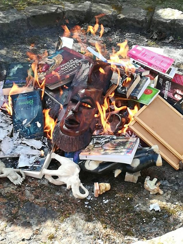 Εκτός από τα βιβλία έριξαν στην πυρά και διάφορα αντικείμενα, όπως μια αφρικανική μάσκα, μια ομπρέλα «Hello Kitty» και ένα ινδουιστικό αγαλματίδιο (Φωτο: Fundacja SMS ZNIEBA)