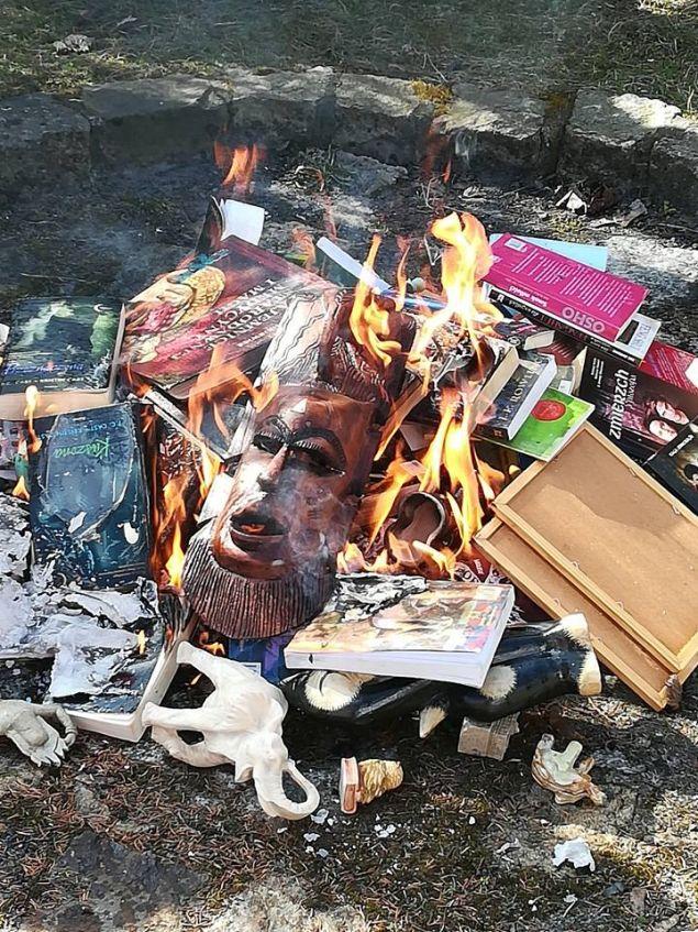 Βιβλία και άλλη αντικείμενα στην πυρά (Φωτο: Fundacja SMS ZNIEBA)