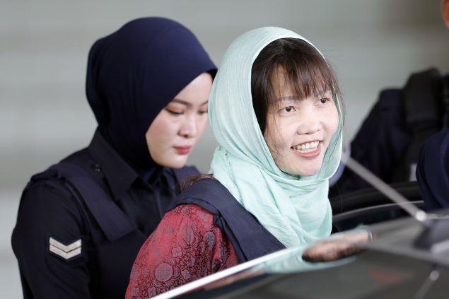 Η 30χρονη χαμογελούσε πλατιά καθώς μεταφερόταν με αστυνομική συνοδεία στη φυλακή  (AP Photo/Vincent Thian)