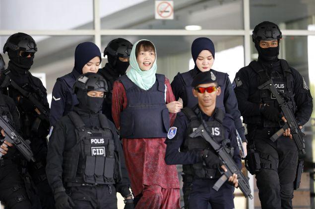 Η Ντοάν Τι Χουόγνκ συνοδεύεται από αστυνομικούς (AP Photo/Vincent Thian)