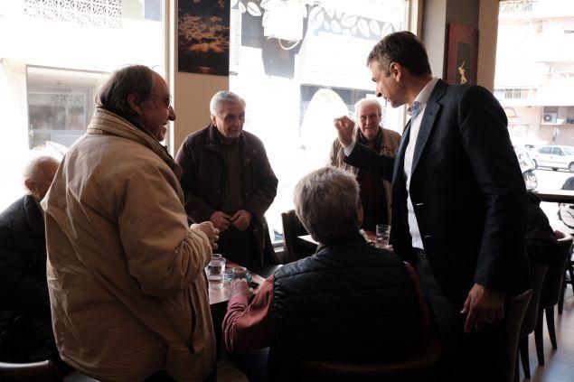 Ο Κυριάκος Μητσοτάκης μιλά με συνταξιούχους σε καφενείο στα Σεπόλια