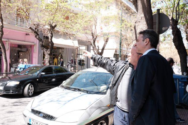 Ο πρόεδρος της ΝΔ συνομιλεί με κάτοικο της περιοχής