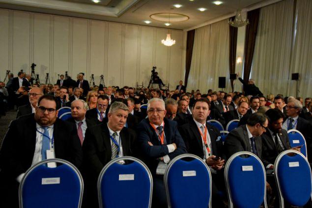 """Παρών ο πρόεδρος και διευθύνων σύμβουλος του Ομίλου """"Μυτιληναίος Α.Ε."""" Ευάγγελος Μυτιληναίος, ο Μιχάλης Στασινόπουλος, μέλος του ΔΣ της ΒΙΟΧΑΛΚΟ, ο πρόεδρος και διευθύνων σύμβουλος της ΓΕΚ ΤΕΡΝΑ Γεώργος Περιστέρης, ο πρόεδρος της INTRAKAT Δημήτρης Κούτρας, ο πρόεδρος του ΕΒΕΑ και της Κεντρικής Ένωσης Επιμελητηρίων Κωνσταντίνος Μίχαλος, ο πρόεδρος και ιδρυτής της Apivita Νίκος Κουτσιανάς, ο πρόεδρος της Alumil Γιώργος Μυλωνάς, ο πρόεδρος της Αλεξάνδρειας Ζώνης Καινοτομίας Κυριάκος Λουφάκης και ο πρόεδρος της ΔΕΘ-Helexpo Τάσος Τζήκας"""