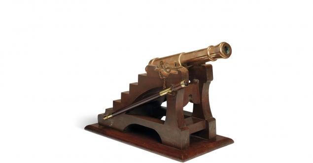 Το μοντέλο μινιατούρα, η αξία του οποίου εκτιμάται μεταξύ 10.000 και 20.000 ευρώ, είχε προσφερθεί στον Γουστάβο Άιφελ το 1889 από τον Σομπέρ, τεχνίτη που κατασκεύαζε αρκεβούζια (πυροβόλα όπλα, είδος τυφεκίου) στο Παρίσι