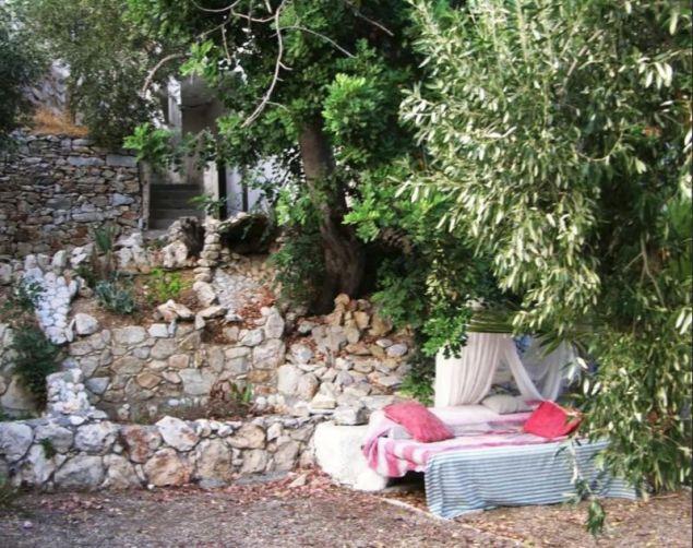 Το κρεβάτι από άλλη οπτική γωνία / Πηγή: airbnb.com