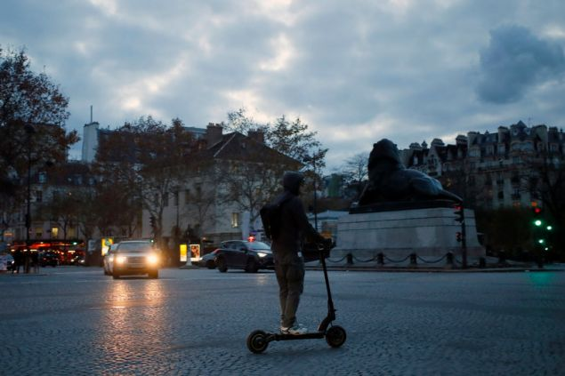 Νεαρός με ηλεκτρικό πατίνι σε δρόμο του Παρισιού -Φωτογραφία: AP Photo/Francois Mori