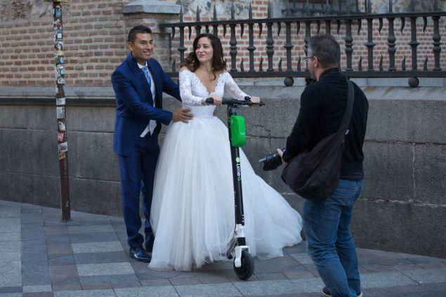 Νύφη σε ηλεκτρικό πατίνι στη Μαδρίτη το 2018 -Φωτογραφία: AP