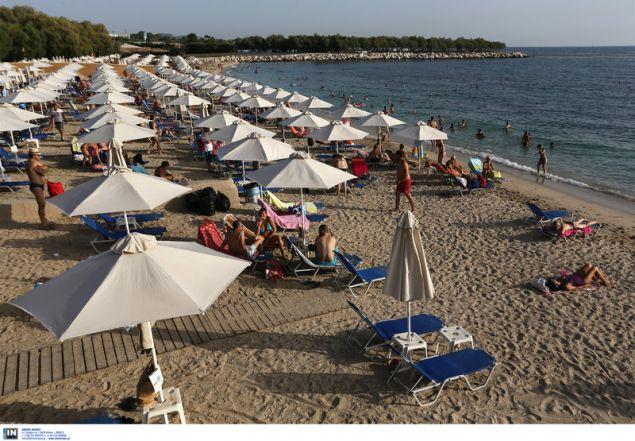 Παραλία γεμάτη με ομπρέλες / Φωτογραφία: InTime News