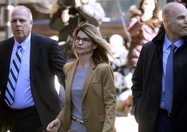 Η Λόρι Λουλίν κατά την προσέλευσή της στο δικαστήριο την Τετάρτη (Φωτογραφία: AP Photo/Steven Senne)
