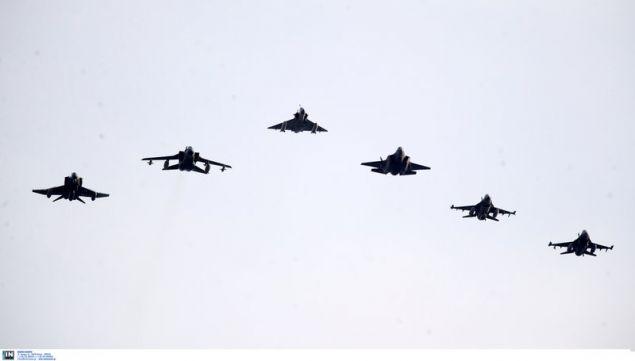 Σχηματισμοί αεροσκαφών πάνω από την Αθήνα -Φωτογραφία: Intimenews/ΚΑΠΑΝΤΑΗΣ ΔΗΜΗΤΡΗΣ