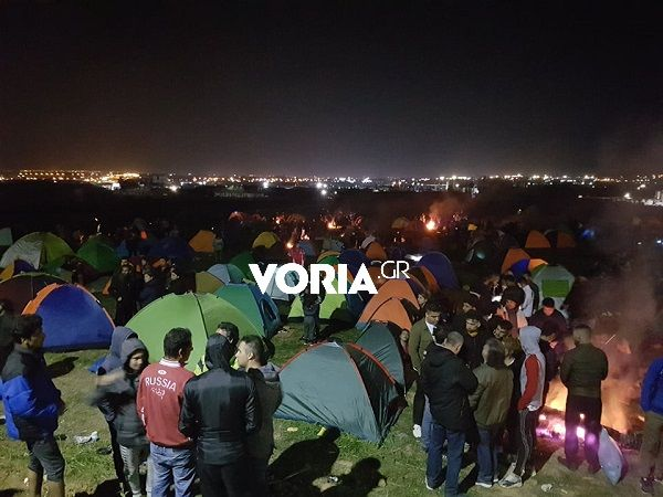 Οι πρόσφυγες πέρασαν τη νύχτα σε σκηνές και άναψαν φωτιές για να ζεσταθούν