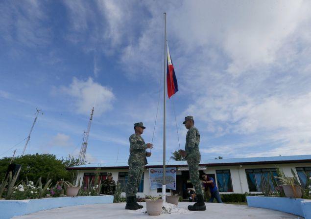 Στρατιώτες κατά την έπαρση της σημαίας των Φιλιππίνων στο νησί Παγκ-άσου, ή αλλιώς Τίτου (Φωτογραφία: ΑΡ)