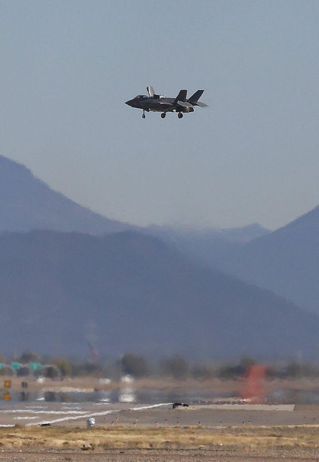 Ενα F-35 αιωρείται προτού προσγειωθεί κάθετα / Φωτογραφία: AP Images