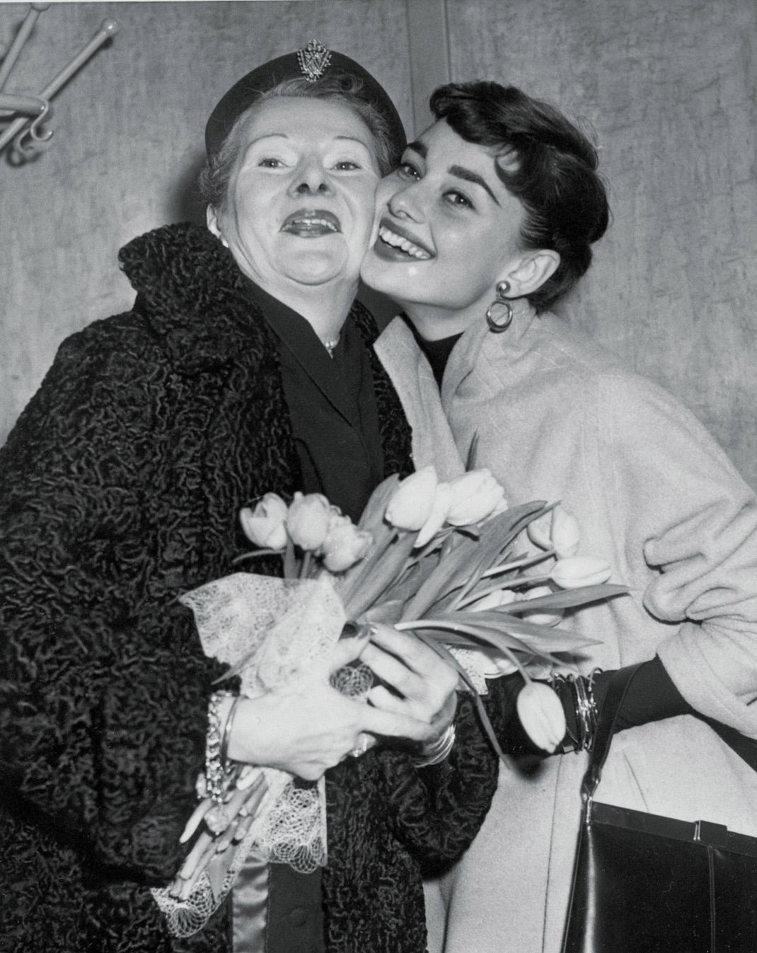 Η Οντρεϊ Χέπμπορν με τη μητέρα της, Φωτογραφία: ΑP images