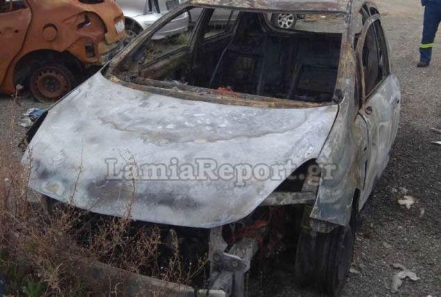 Το καμένο αυτοκίνητο των οπαδών της ΑΕΚ (Φωτογραφία: lamiareport)