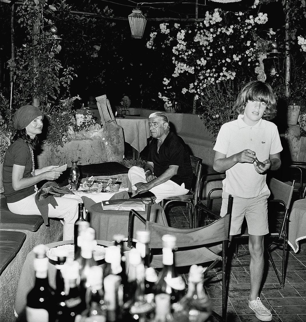Ο Αριστοτέλης Ωνάσης, η Τζάκι Ωνάση και ο Κένεντι jr στο Κάπρι / Φωτογραφία: AP