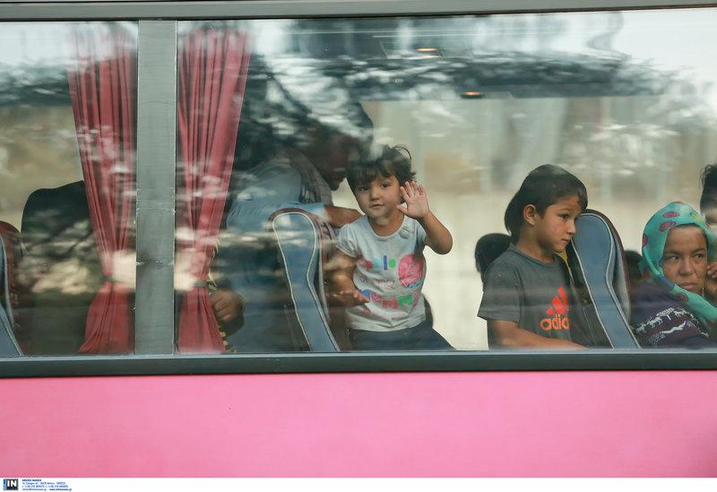 προσφυγες σε λεωφορείο