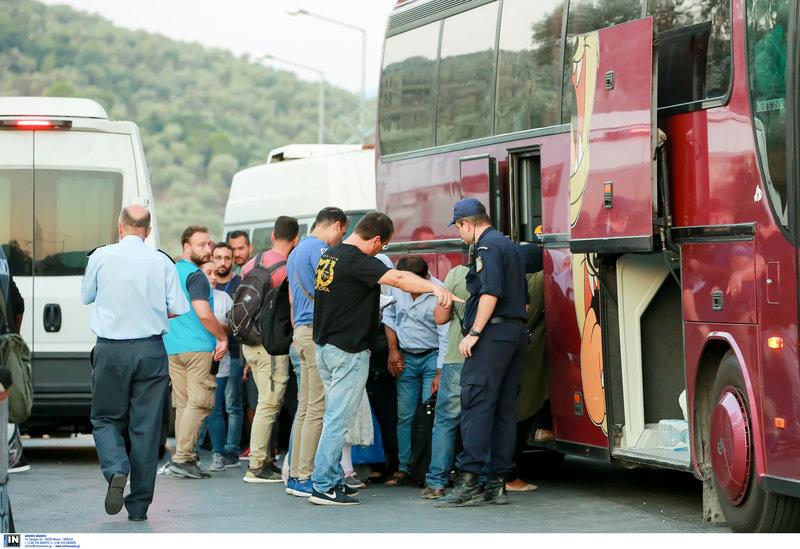προσφυγες σε λεωφορειο